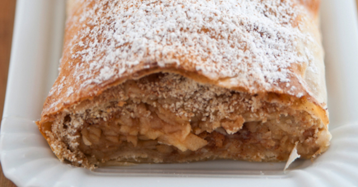 This Austrian Cinnamon Apple Strudel Perfectly Enhances The Apple ...