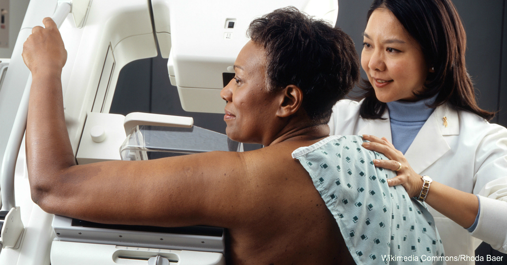 Woman_receives_mammogram