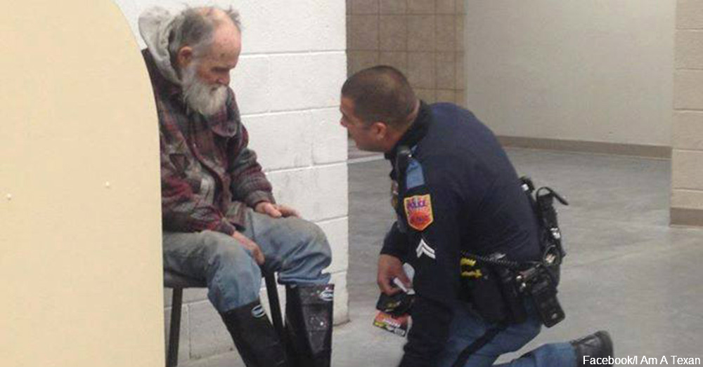 Officer Jose Flores with the homeless man / Via I Am A Texan