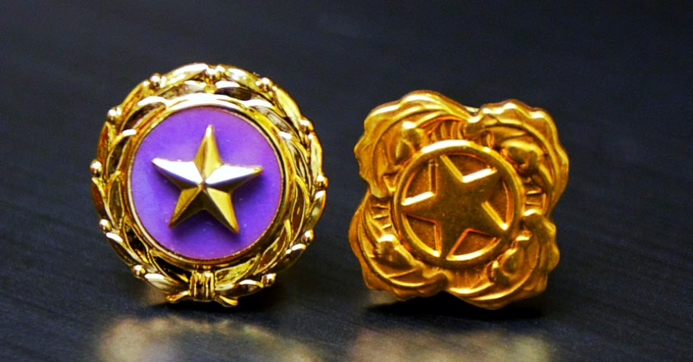 Gold Star lapel pins are awarded to the immediate family members of fallen servicemembers / Via The U.S. Army