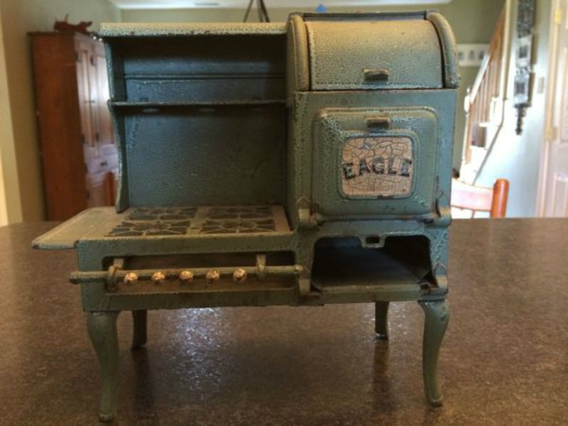 See What\'s Cookin\' With This Spotlight On Antique Stoves ...