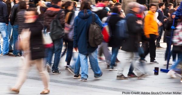 Menschenmassen in der Stadt in Bewegungsunschrfe