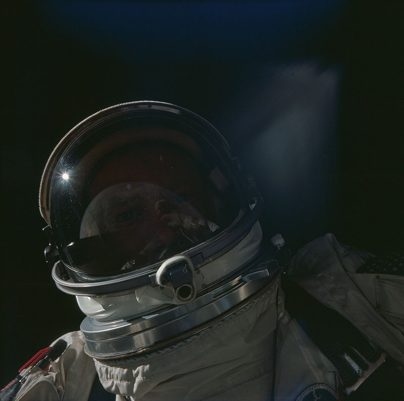800px-Gemini_XII_EVA_with_Buzz_Aldrin_and_the_Earth_in_his_visor's_reflection