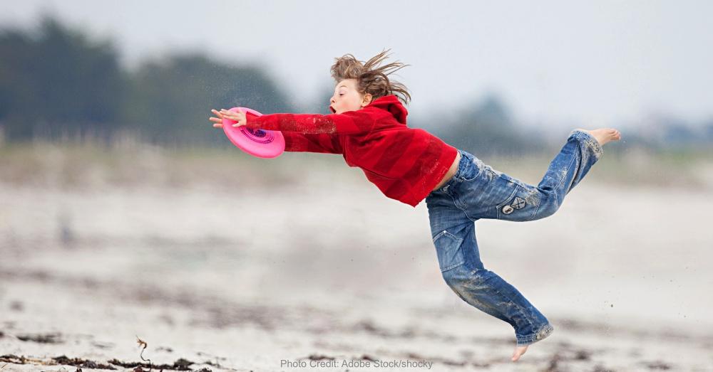 enfant sport frisbee attraper sauter vivre dtente plage