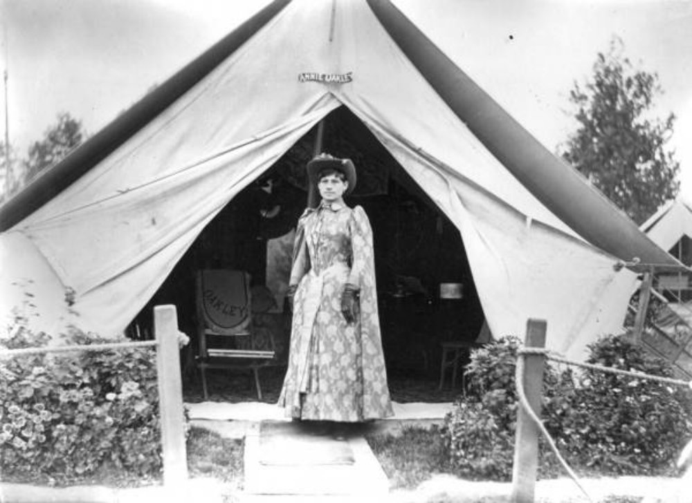 Annie_Oakley_in_front_of_tent_c1889