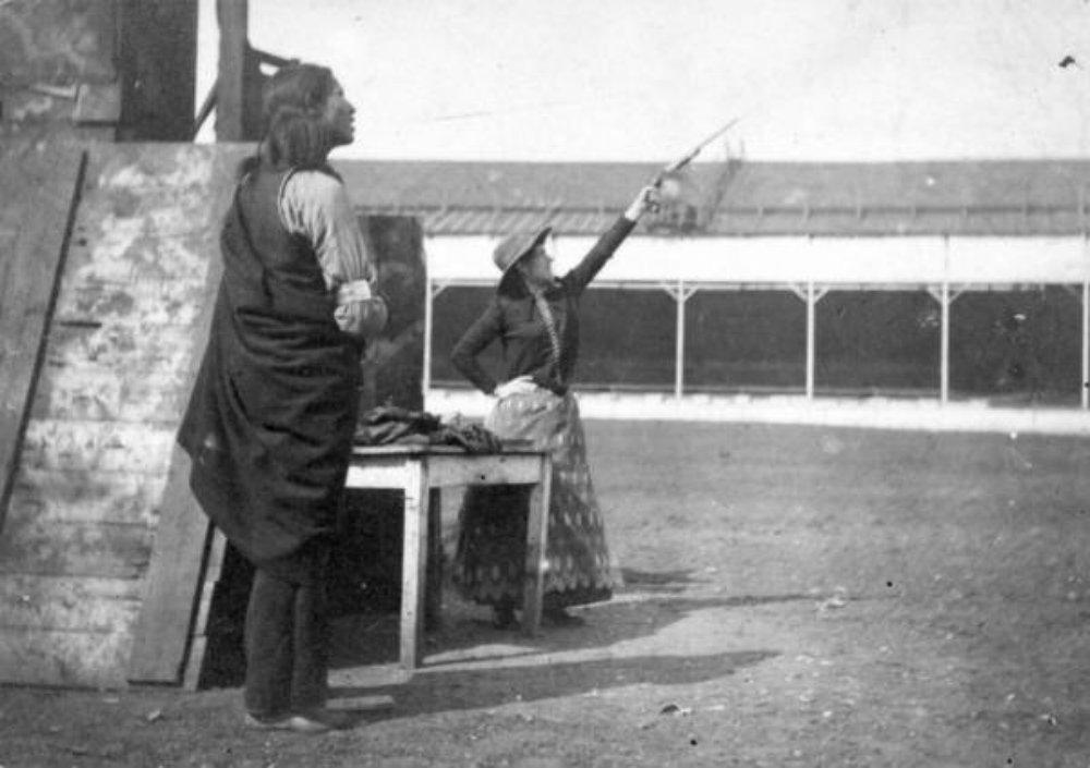 Annie_Oakley_shooting__1892