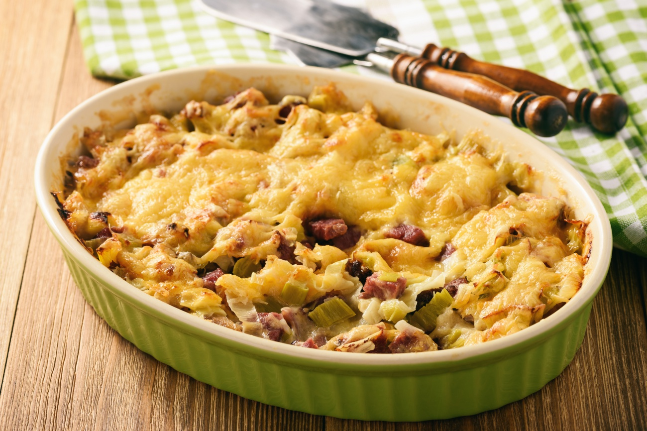 Casserole with bread, leek, ham and cheese.