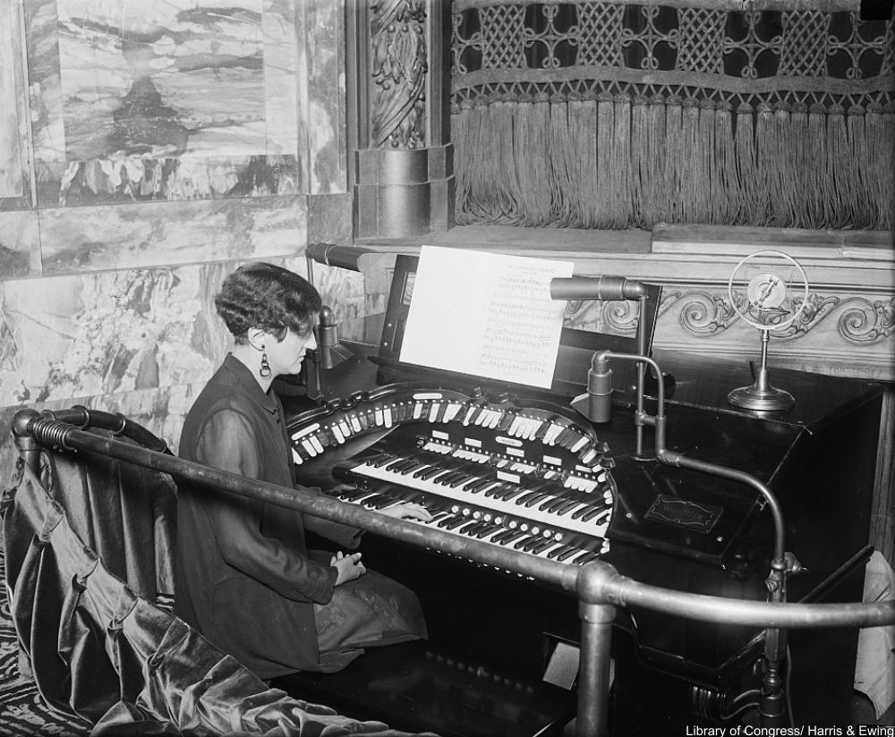 1928 flapper organist