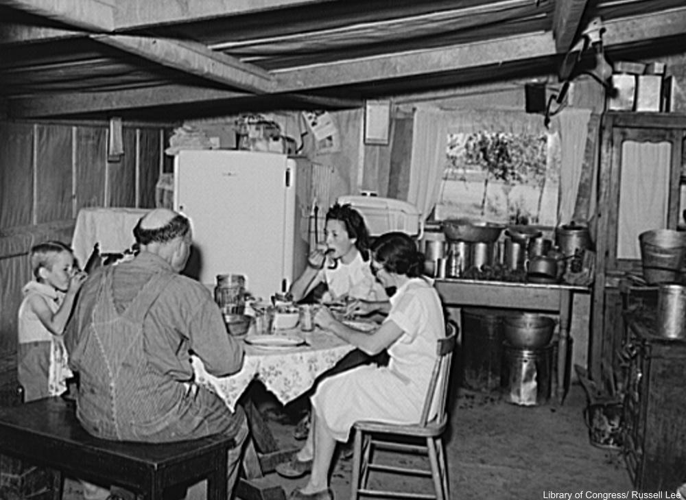 Depressionera family eating dinner together