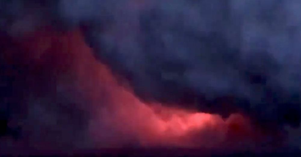 Source: Twitter/MilekaLincoln Smoke from Kilauea's lava flow rises from the ocean.